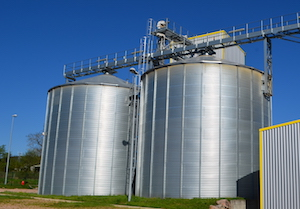 Les deux silos de stockage de granulés PHENIX ROUSIES à Arlanc, photo Frédéric Douard