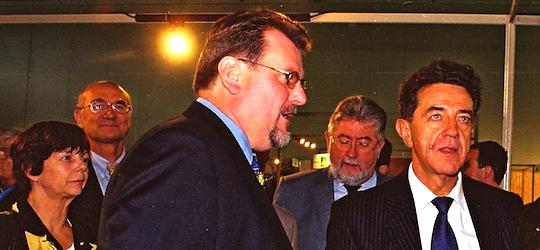 Adrien Zeller président de la région Alsace, Bernard Cornelius présentant son stand et Yves Cochet, ministre de l'environnement au salon BOIS ENERGIE 2001 à Mulhouse