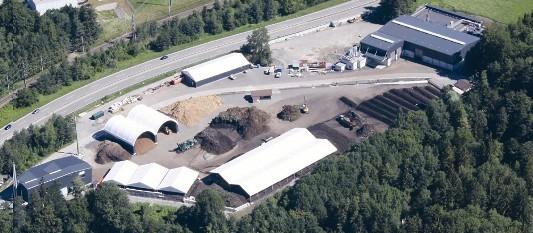 Le Biomassezentrum de Spiez, méthanisation à gauche, compostage au centre et chaufferie à droite, photo Oberland Energie
