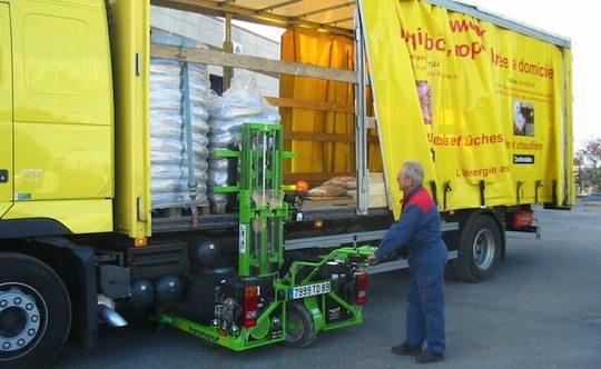 Chariot embarqué Transmanut des Ets Guillemeau pour la livraison de palettes de bois-énergie à domicile et N°1 de série pour Transmanut, photo Ets Guillemeau