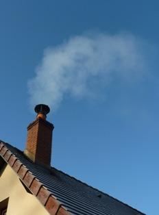 Fumée hivernale d'une combustion complète de bois, photo Frédéric Douard