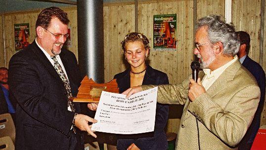Marcel Godinat, à droite, remettant un grand prix de l'innovation à Bernard Cornelius kors du salon BOIS ENERGIE 2001 à Mulhouse