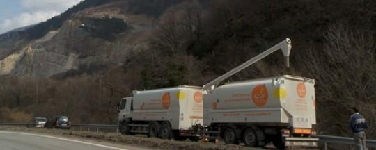 Camion citerne Transmanut avec remorque des Ets Azurpellet en Savoie