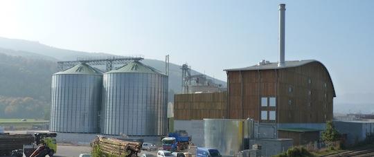 La centrale à droite et les silos à granulés, photo Frédéric Douard