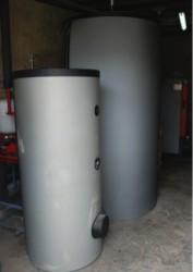Le ballon d'eau chaude sanitaire 300 l devant le ballon tampon de 1400l