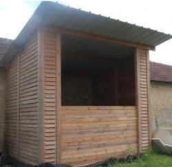 Le silo d'une capacité de 60 m3 construit intégralement en bois derrière la chaufferie