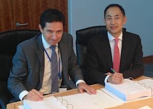 Signature du contrat de sous-traitance Doosan-ADF, le 3 octobre 2013 à Crawley, Royaume-Uni