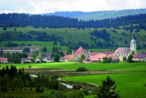 La commune de Mouthe dans le massif du Jura est alimentée par un réseau de chaleur au bois, photo ADEME