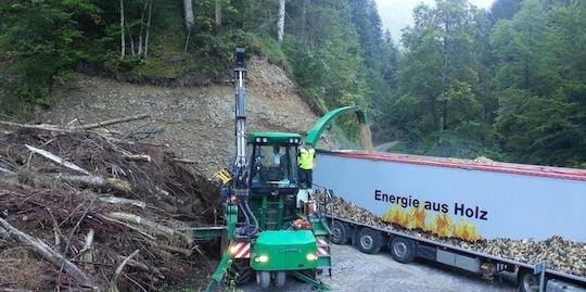 Déchiqueteuse sur place de dépot en forêt, Ets Holz AG de Zurich, photo Energie Bois Suisse
