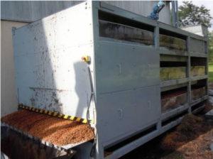 Vue globale d'une installation de séchage de noyaux de mirabelles à triple étage (avec trappes latérales d'entretien ouvertes)