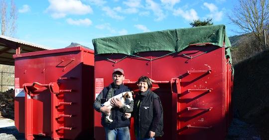 Lionet et Brigitte devant les sécheurs de biomasse Lauber, photo Frédéric Douard