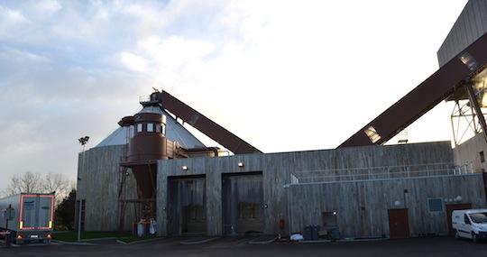 Zone de livraison du bois avec les convoyeurs construits par SERA, photo Frédéric Douard