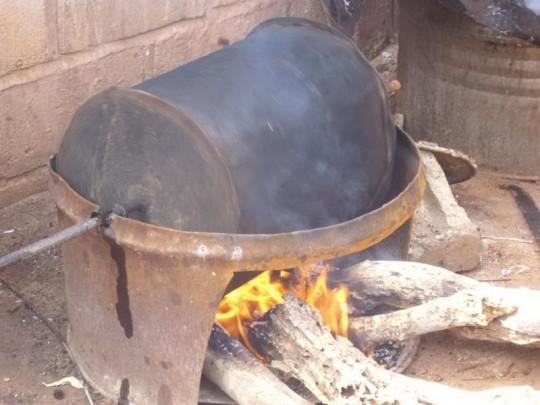 Torréfaction des amandes de karité au bois de feu, photo E.S. Noumi, Cirad