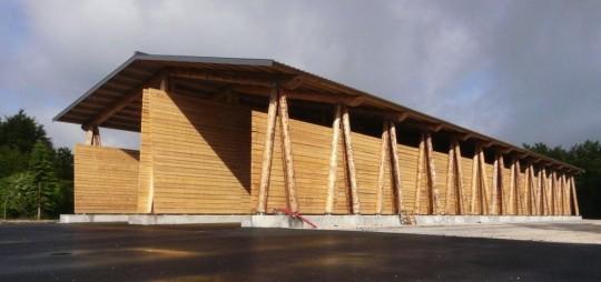 Un hangar en bois rond pour les plaquettes foresti res du haut jura magazine et portail - Construction hangar bois ...