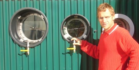 Erwin Köberle devant des hublots de contrôle, photo Biogaskontor
