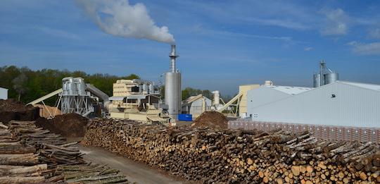 L'usine Biosyl à Cosne-sur-Loire derrière son parc à bois, photo Frédéric Douard