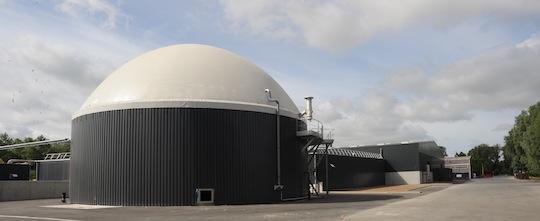 Les nouvelles installations de méthanisation des biodéchets de Baudelet Environnement, avec le gazomètre au premier plan.