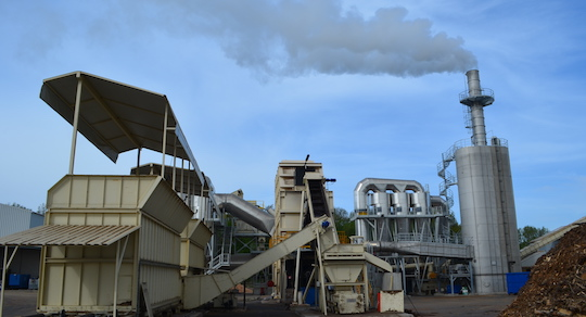 Les trémies d'alimentaion SERA-BOIS, le générateur d'air chaud, les cyclones Recalor et l'électrofiltre en voie humide EWK, photo Frédéric Douard