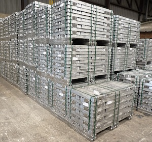 Lingots d'aluminium fondus par la combustion du biogaz, photo Frédéric Douard