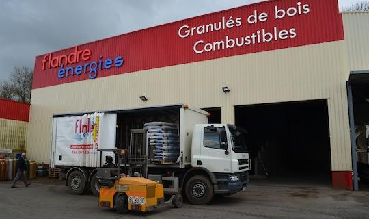 Chargement d'un camion de livraison par un charriot embarqué Transmanut, photo Frédéric Douard
