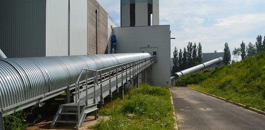 Les convoyeurs à bandes Trasmec du poste de broyage au silo et du silo à la chaufferie, photo Frédéric Douard