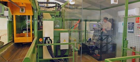 Poste de commande d'une chaine industrielle de façonnage de bûches haute qualité chez BF 42, photo Olivier Deléage