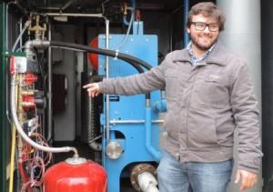 Olivier Rebaud de Bio4gas devant le cogénérateur de Domsure, photo MAAF