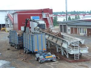 Alimentation de la station de broyage par camion, photo UPM