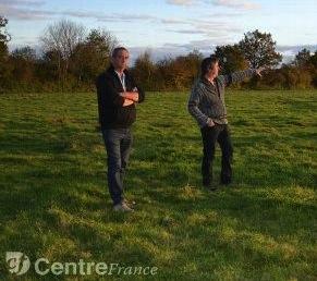 Didier Dhume, le porteur du projet, aux côtés de Jean-Marc Méry, propriétaire de l'une des 8 exploitations impliquées dans la démarche, photo Manuel Caillaud