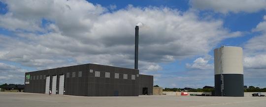 La centrale de Egelund à Aabenraa et son ballon d'accumuation de 4300 m3, photo Frédéric Douard