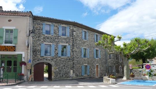 Les appartements du centre village également chauffés au bois, photo Frédéric Douard