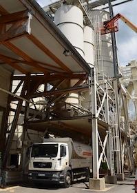 Chargement d'un  camion souffleur de granulés par des cellules SABE chez Piveteau Egletons, photo Frédéric Douard