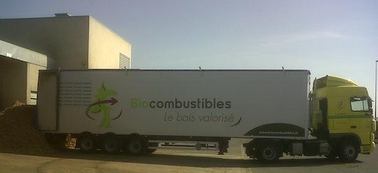 Livraison d'une chaufferie bois par une semi-remorque à fond mouvant, photo Biocombustibles SAS