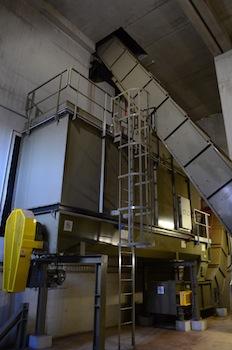 Convoyeurs bois Scaldis à chaînes, en haut de la fosse de livraison au silo, et en bas du silo (au milieu) à la chaufferie, photo Frédéric Douard