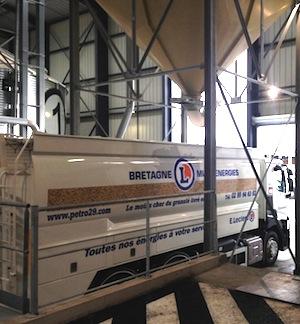 Le second camion souffleur de granulés Transmanut de BME sous le boisseau de chargement, photo BME