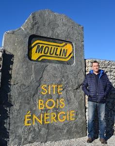 Antoine Sanchez, responsable du site, devant  la pierre monumentale de l'entrée du site, photo Frédéric Douard