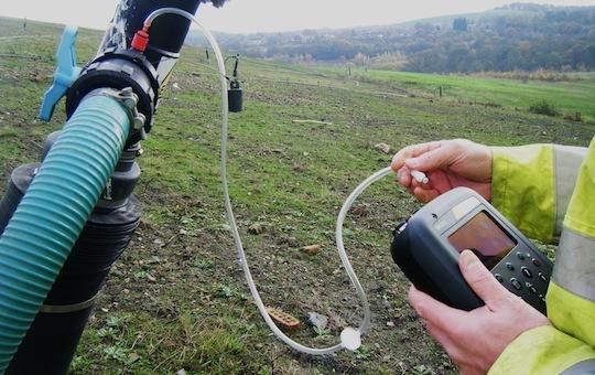 Prise de mesure mobile de gaz de décharge avec le BIOGAS 5000, photo Geotech