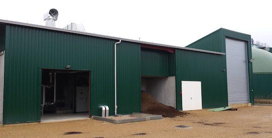 Bâtiment de valorisation de la chaleur avec à droite la porte du hall de réception des produits humides maïs et bois, photo EPO