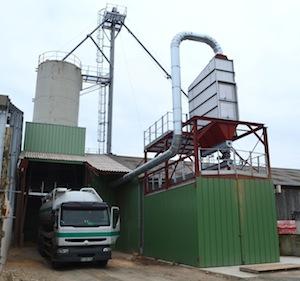 La tremie de chargement des camions de granulés et à droite la filtration des poussières du stockage, photo Frédéric Douard