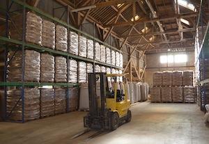 Le stockage du granulé s'effectue dans le bâtiment principal, plus que centenaire, photo Frédéric Douard