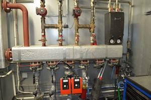 Les départs de circuits d'eau chaude depuis le moteur, photo Frédéric Douard