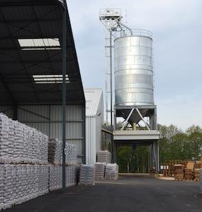 Stock de granulés en sac et silo de vrac SABE chez Biosyl, photo Frédéric Douard
