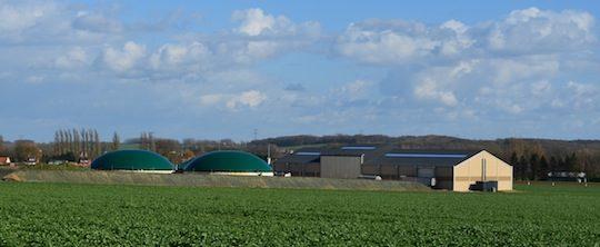 L'intégration paysagère de l'instalation a été réalisée avec des plantations sur tallus autour des cuves, photo Frédéric Douard