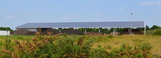 La centrale photovoltaïque Lorekam sur le stockage de bois, photo Frédéric Douard