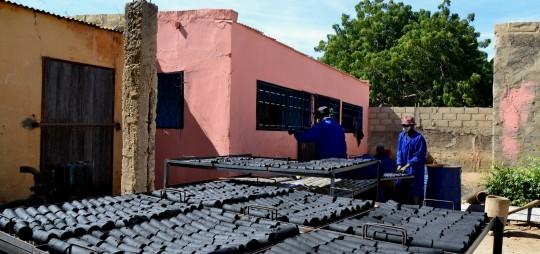 Séchage des briquettes de charbon de Typha après le briquetage, photo GRET
