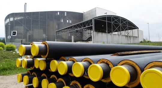Les canalisations avant leur pose devant l'usine d'incinération de Bourgoin-Jallieu, photo Wannitube