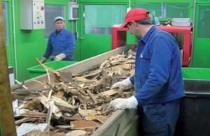 Tri manuel des déchets de bois, photo Demowood