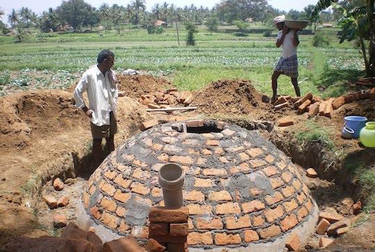 Construction de réservoirs à biogaz et production de vermicompost en Inde, photo SKG Sangha