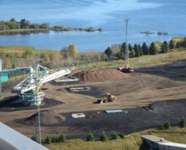 Stockage des granulés torréfiés en extérieur sur le site de Thunder Bay