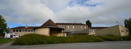 Vue de l'arrière de l'école de Moulins-la-Marche avec la chaufferie sur la gauche, photo Frédéric Douard